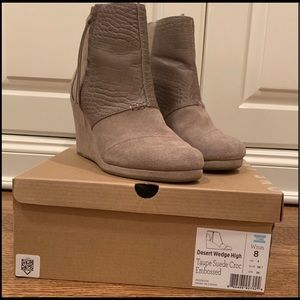 Toms NWOT Desert wedge Taupe suede leather croc